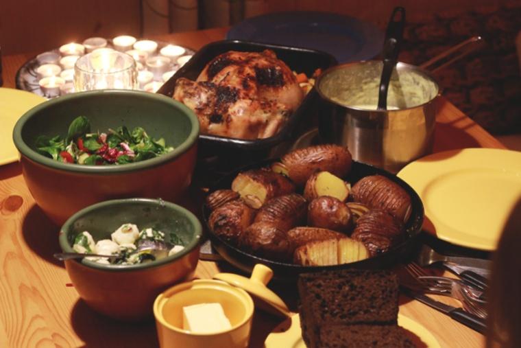 Laupäevase pärastlõuna ja õhtu veetsime meie juures õhtust süües, mängides ja sauna tehes. Kütsin maja soojaks ja pistsin puupliidiahju kana koos ürtide, küüslaugu, pastinaagi ja porgandiga ning hasselbacki kartulid. Lisaks valmisid värske salat ning tšilli-basiiliku-küüslaugu mozzarellakirsid ning koorene kaste. Lisaks oli laual Kaia hommikul küpsetatud rukkileib. See oli lihtsalt IMELINE õhtusöök!